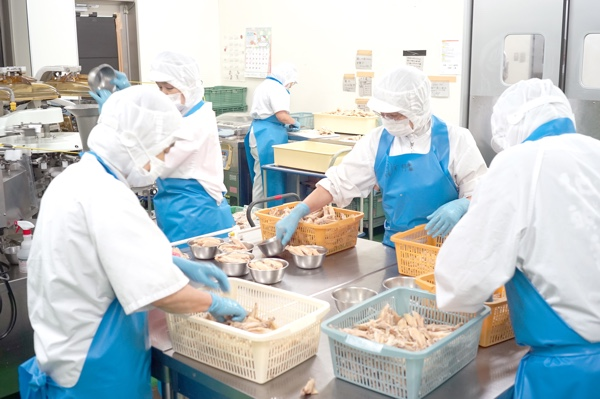 自社処理、加工センター運営。<br /> 宮崎県産ブランドを守り、新鮮な地鶏を安全に提供